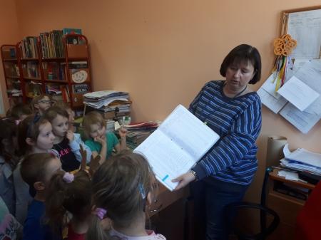 Lekcja biblioteczna z p . Magdą ''5-6 latków''