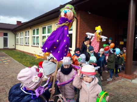 Przedszkolaki witają pierwszy dzień wiosny