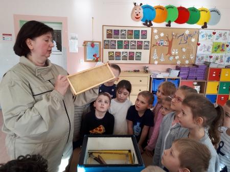 Grupa ''5-6 latków poznaje zawód pszczelarza