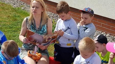 Piknik z książką w grupie 5 i 6-latków